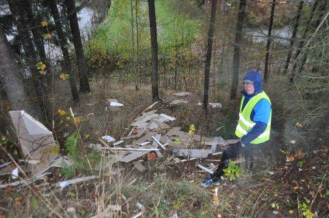 Det tok fem personer tre timer å fjerne søppelet som noen har dumpet i naturen.