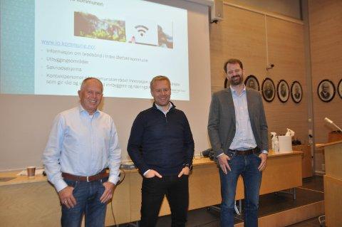 Lars Erik Erøy (midten) og Skiptvet Digital med styreleder Tor-Anders Olsen (t.v.) og Kjartan Eg Lodden fant tonen på bredbåndmøtet. Nå skal de møtes for å snakke nærmere om en mulig utbygging i Hærland. - Jeg har trua, sier Erøy.