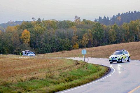 Kvinnen ble funnet livløs i grøfta til Trøgstadveien, like nord for tettbebyggelsen i Askim mandag morgen.