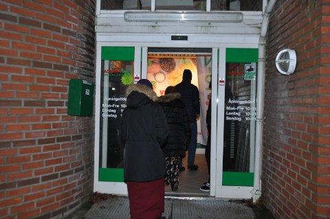Kundene strømmet inn for å handle i den nye butikken i sentrum. Åpningen tok litt ekstra tid da døra gikk i vranglås.