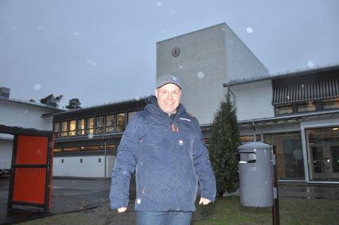 Etter mange år med lekkasjer tar nå kommunen grep for å reparere taket og klokketårnet på aulen ved Kirkelund skole, opplyser virksomhetsleder Øivind Thømt.