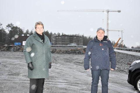 Ordfører Anne Grethe Larsen og virksomhetsleder Øyvind Thømt kan glede innbyggerne i Meieribyen med at fyllingen av de nye vanntårnene på Fjellshagan er i gang.