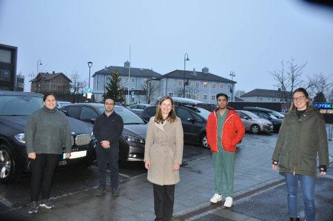 I februar flytter disse fem fastlegene inn i nye lokaler i det tidligere kommunehuset i Trøgstad i bakgrunnen. Fra venstre: Sabina Alstad-Konito (37), Haider Hussain (34), Stine Duusdahl (31), Mirza Mohsin Baig (35) og Ingvild Glende Svanstrøm (35).