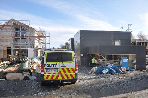 Politiet sikret spor: Politiet var innom alle byggeplassene på Romskollen fredag formiddag for å sikre seg spor.