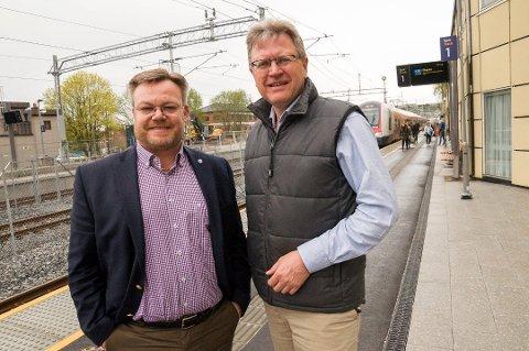 PARTIPOLITIKK: Thor Hals (H) frykter at etableringen av en ny pendlerforening kan bli for politisk forankret. Her avbildet ved jernbanen sammen med partikollega Erik Unaas. Arkivfoto.
