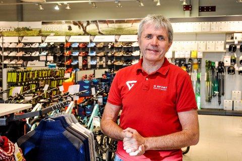 Får fortsette: Ole Unaas er veldig glad for at butikken i Askim fortsetter som før. Likevel legger det en demper på gleden at flere kollegaer mister jobben.