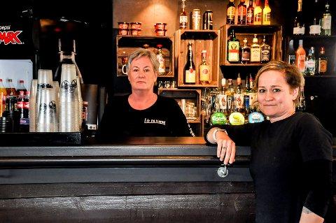 Ann-Kristin Enger og Anette Storeide holder På Hjørnet Mat og Drikke åpent i helgen . De beskriver den nåværende situasjonen som vanskelig.