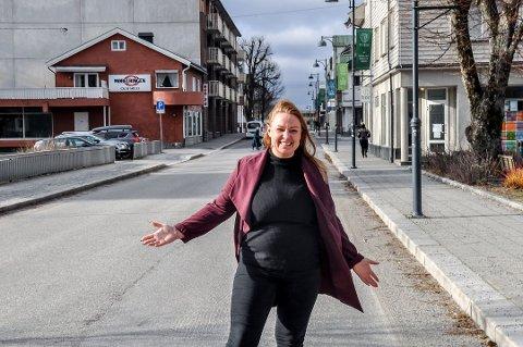 Tanken til Monica Strand er å sette ut langbord i veien. Arrangementet i sentrum vil gjøre det enklere for alle å delta på 17. mai-feiring, mener Mysenbyens leder.