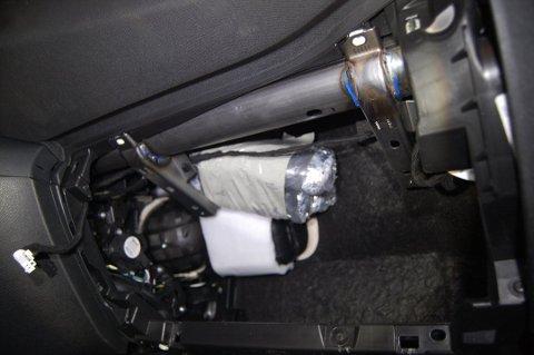 Tollerne fant en betydelig mengde kokain og heroin gjemt i bilen.
