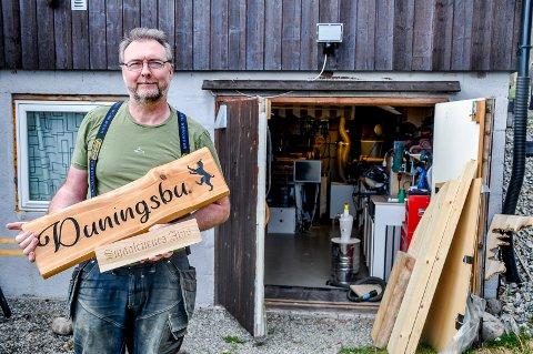 LAGER SKILT: Gunnar Norum har bygget et lite verksted i kjelleren på hytta. Han produserer flotte hytteskilt som han sender over hele landet på fritiden sin.