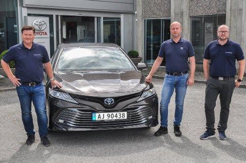 Vidar Nilsen, Per Kristian Soli og Kim André Christensen i Toyota Ramstad. Nilsen opplyser at butikken har levert gode salgstall i en usikker periode.