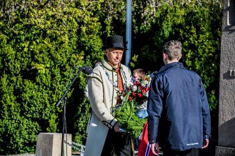 Saxe Frøshaug er den første ordføreren i Indre Østfold kommune. Hans første oppgave på 17.mai var å bekranse monumentet ved Fossum bru.