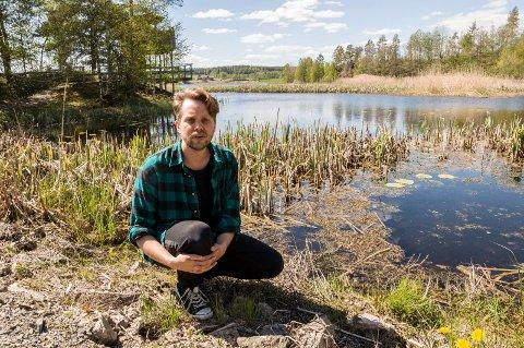 JAKTER EN SJELDEN ART: Lars Kristian Selbekk, vannområdeleder for Haldenvassdraget, håper på innspill fra publikum for å finne den sjeldne fisken.