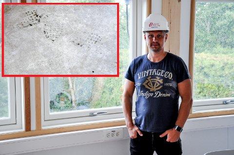 Prosjektleder i Boger Bygg viser frem vinduet som innbruddstyvene tok seg gjennom. Innfelt er sporene de etterlot seg i kontorbrakka.
