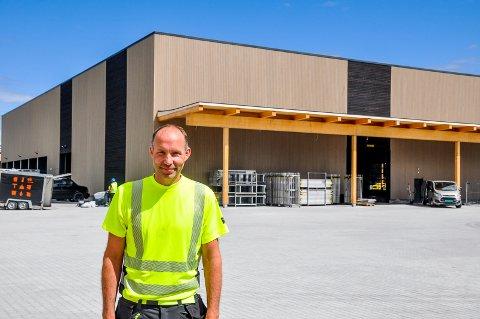 Lars Sørby foran den nye lagerhallen på Holtskogen. I alt er tomten på 30 mål hvorav 7.600 kvadratmeter er under tak,