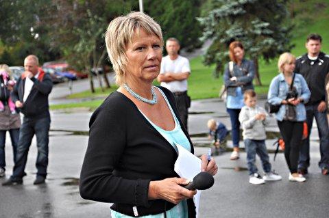 SLUSER: Rektor Hege Brødholt sluser foreldre inn i klasserommet.