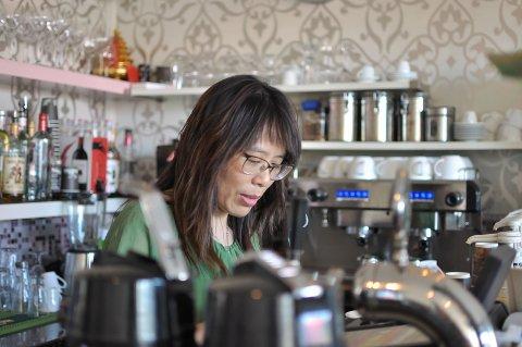 BEKYMRET: Daglig leder i kafeen Mines, Linya Xia, vil ikke holde åpent i helga på Mines.