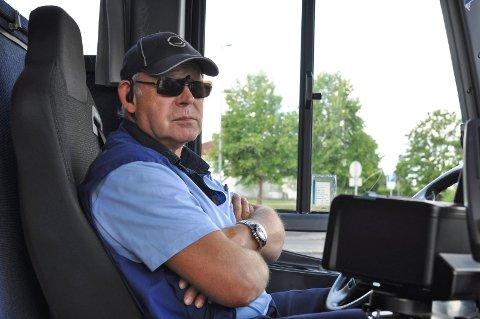 Bussjåfør Nils Klægstad sier at han og medlemmene er klare til å gå ut i streik hvis ikke de får bedre lønn.