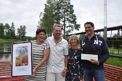 FIKK PRIS: Mari og Morten Hødal, Mette-Marie og Øyvind Bakke tok imote Hagekulturprisen til Folkeparkens venner i 2017.