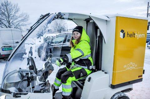 Siri Kaja Aasen (21) er strålende fornøyd med at hun fremover skal kjøre aviser og pakker i nytt kjøretøy. Paxsterne er produsert i Sarpsborg.