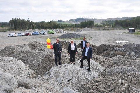ANBUD: Nå er byggingen av VEAS sin planlagte kompostfabrikk på Henningsmoen lagt ut på anbud.  Fra venstre: Prosjektleder VEAS Espen Govasmark,adm. direktør VEAS Ragnhild Borchgrevink, markedssjef i VEAS Per Torp og ordfører Saxe Frøshaug i Indre Østfold kommune.