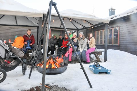 Familiene Wolff Johansen og Beckström med barn og barnebarn koste seg med grillmat og bålpanne ved Skansehytta i dag.