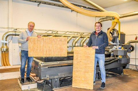 Ole-Jacob Huuse og Christer Kemi viser hvordan Glava-platene ser ut før og etter de er blitt frest.