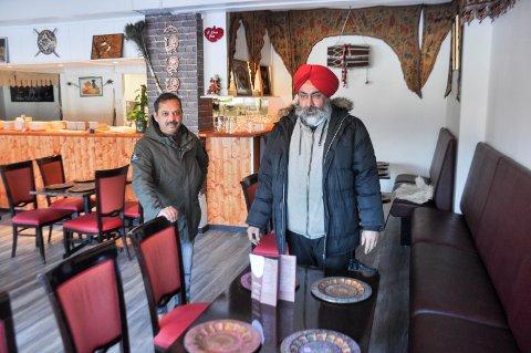 Bhupinder Singh Rawat (t.v) og Bikram Tej Singh Soha er klare til å åpne dørene inn til restaurant Singh Tandoori.