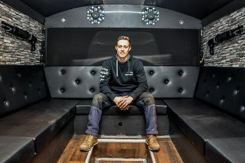 Busseier: Marius Aandstad eier to busser som han selv pusser opp, etter russegruppers ønsker, og leier ut til avgangselever.