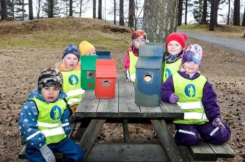 Darvan (foran t.v), Luka, Sofia, Ida Elise, Emma (alle 4 år) og Leonora (5 år) har alle jobbet med å male fuglekassene som fremover skal henge i Folkeparken i Askim
