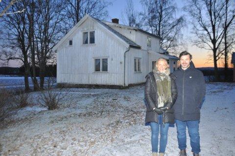 Helle Marie Resen-Fellie og samboer Stian Broch Nielsen vil rive den gamle og slitne utleieboligen på Hauger gård for å bygge ny tannklinikk på gården.