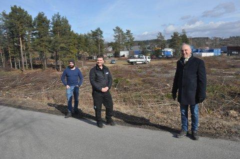 LAGER: Eierne bak TTC Invest AS og Smart Supply AS går sammen om å etablere et gigantlager på den 10,7 mål store tomta i bakgrunnen. Fra venstre: Fredrik Urbanski, Frode Bremnes og Richard Urbanski.