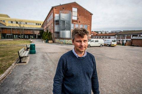 Rektor Pål André Ramberg og de andre ansatte på Glemmen videregående må stadig minne elevene på at de skal holde avstand. Nye smittevernregler for fellesarealene er innført.