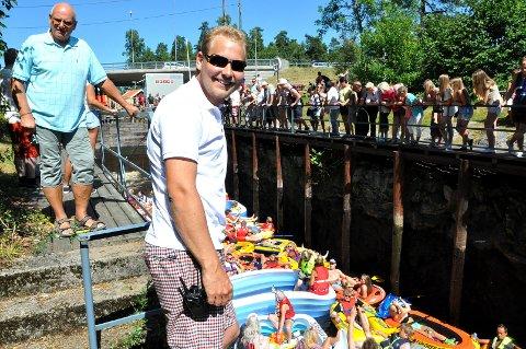 FESTIVALGENERAL: Christian Hattestad Nesset er hodet bak Ørje Gummibåtfestival. Han er stolt av det han og kompisene fikk stilt istand i slusebyen.