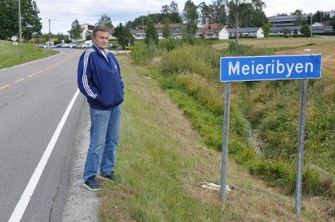 IKKE FORNØYD: Svein Erik Olsen skulle gjerne sett at skiltingen langs fylkesvei 115 i Skiptvet og Meieribyen var annerledes enn hva den er i dag.