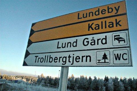 Trollbergtjern, nytt skilt E18 Hærland *** Local Caption *** Trollbergtjern, nytt skilt E18 Hærland