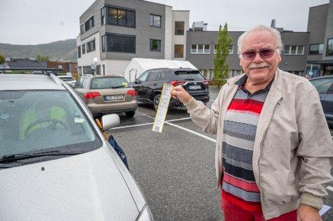 ER TIL Å LE AV: Bjørn Medrud må bare le når han snakker om parkeringsboten han fikk.