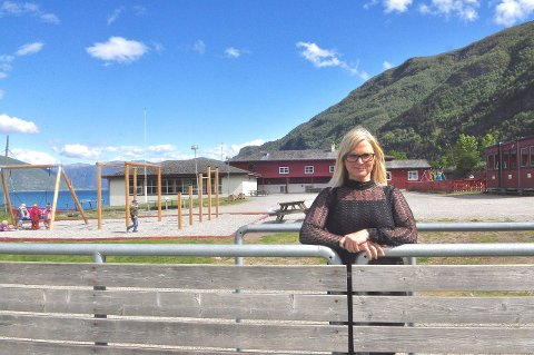 TRANGT: Rektor ved Feios skule, Kari Sletten Samland, konstaterer at ikkje alle barn i Feios får barnehageplass i heimbygda. (Foto: Renate Sæle)