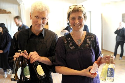 LEVERING: Ciderhuset har fått løyve til å levere drikkevarer til inbyggjarar i eigen kommune. f.h. Åge Eitungjerde og Eli-Grete Høyvik