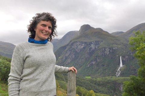 GRØN UTDANNING: - Det er kjekt å sjå at interessa for  å ta utdanning innan økologisk landbruk aukar, seier Kristin Ryum, avdelingsleiar ved Sogn Jord- og Hagebruksskule. Her er ho på heimebane med storslegen utsikt over Flåmsdalen.
