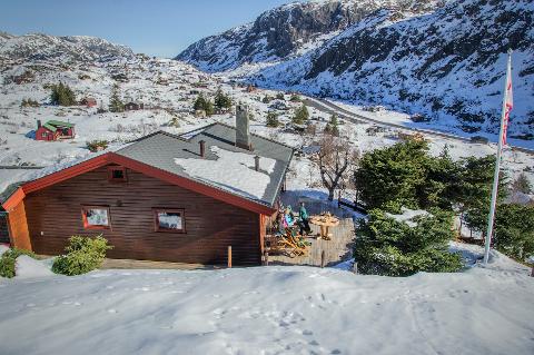 Fra hytta Finnbul har familien god utsikt over dalen. Et landskap som lett kan inspirere til fjellturer.