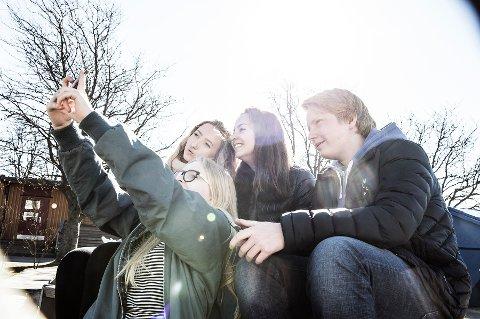 Medietilsynets undersøking viser at halvparten av dei unge har sosiale medium som ein av sine viktigaste nyheitskjelder.