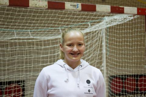16 år gamle Johanna Fossum fra Tjelta har signert elitekontrakt med Sola HK. Hun håper på spilletid foran buret der Kimberley Ewanovich-Bleivik vanligvis står.