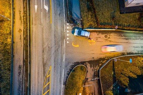 Det er ikke fotgjengerovergang i krysset Nesbuvegen/Påskhusvegen på Sørnes. Bilene kjører helt frem i krysset, og på grunn av betong-autovernet må barna gå mellom bilens front og Nesbuvegen.