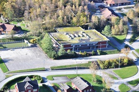 45 ÅR: Hjelmeland ungdomsskule (midt i bildet) er 45 år. Torunn Munthe stiller spørsmål ved om skulebygget har fullført tenesta si.