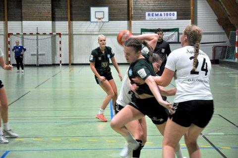 SKÅRA TRETTEN: Spelarane til Grane Arendal 2 prøvde det meste for å stoppa Emma Norland, men måtte likevel sjå at ho skåra 13 mål.