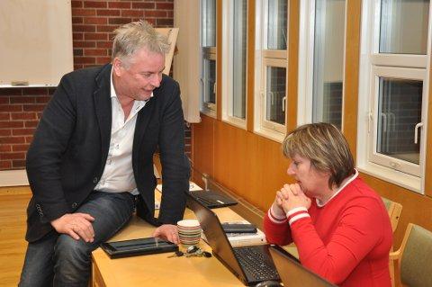 UTAN RETNING: Njål Skår, her i samtale med økonomisjef Eli Aspen i ein pause i møtet, greidde ikkje å sjå ei retning i budsjettet.