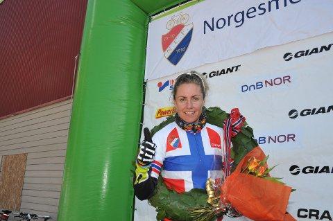 BEST: Gunn Rita Dale Flesjå på toppen av seierspallen i helgens NM rundbane NM.