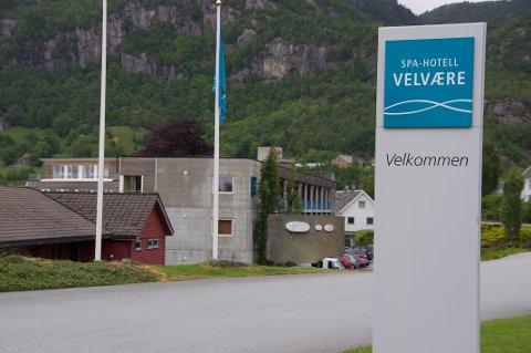 Formannskapet og kommunestyret skal møtast for å diskutera økonomisk hjelp til Spa-hotell Velvære på onsdag.