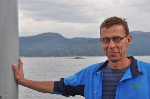 FÅR FIBER: Odd Fosså smiler breitt. Det skal leggast sjøkabel i fjorden bak han, og private abonnentar på Jøsneset får likevel fiber.
